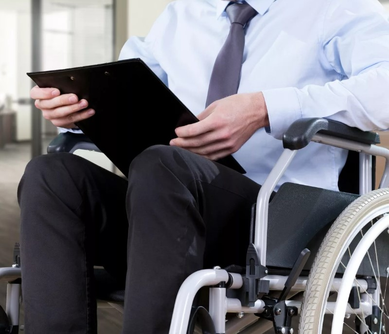 Может ли работодатель отказать инвалиду в приеме на работу на том основании, что у него инвалидность
