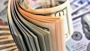 Когда лучше покупать доллары, а когда - евро